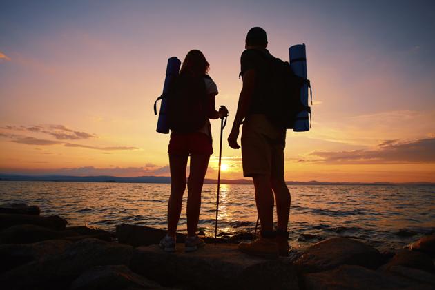 couple-hiking-silhouette