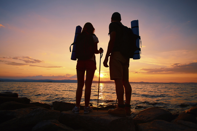couple-hiking-silhouette