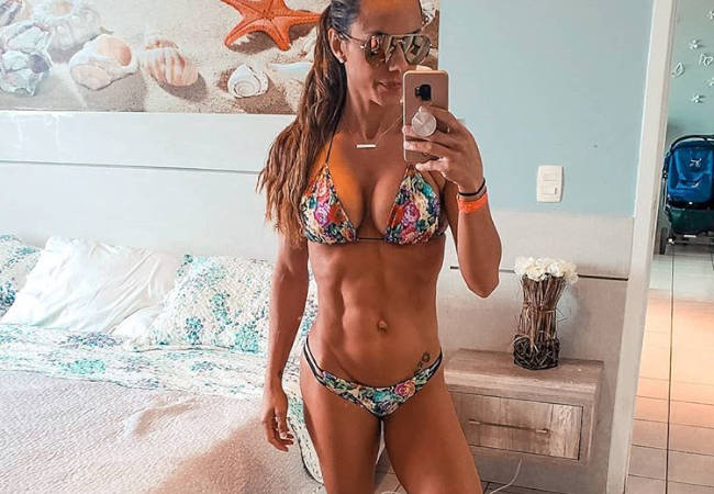 Nathalia Melo Takes You Through A Banded Glute Workout!